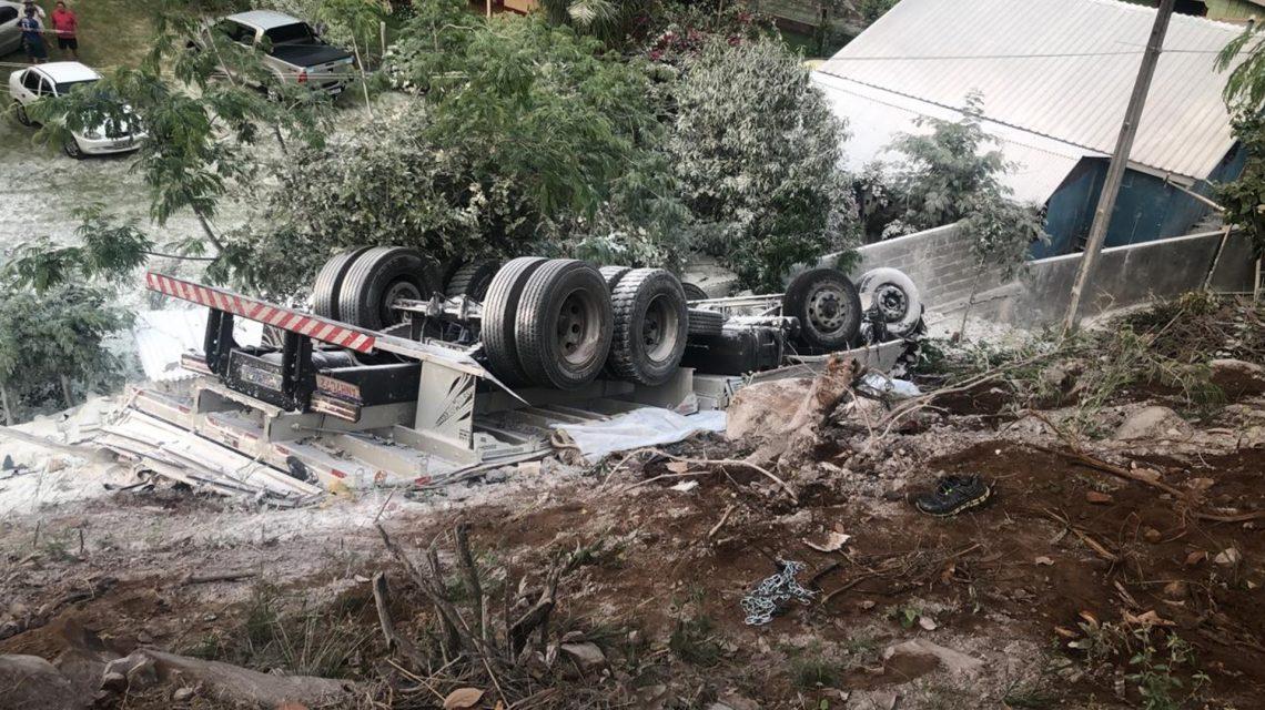 Tombamento de caminhão causa morte de casal na PR-182, em Manfrinópolis