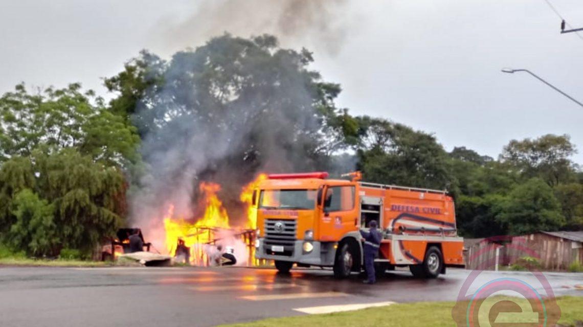 Incêndio destrói casa no Bairro Santa Clara em Candói