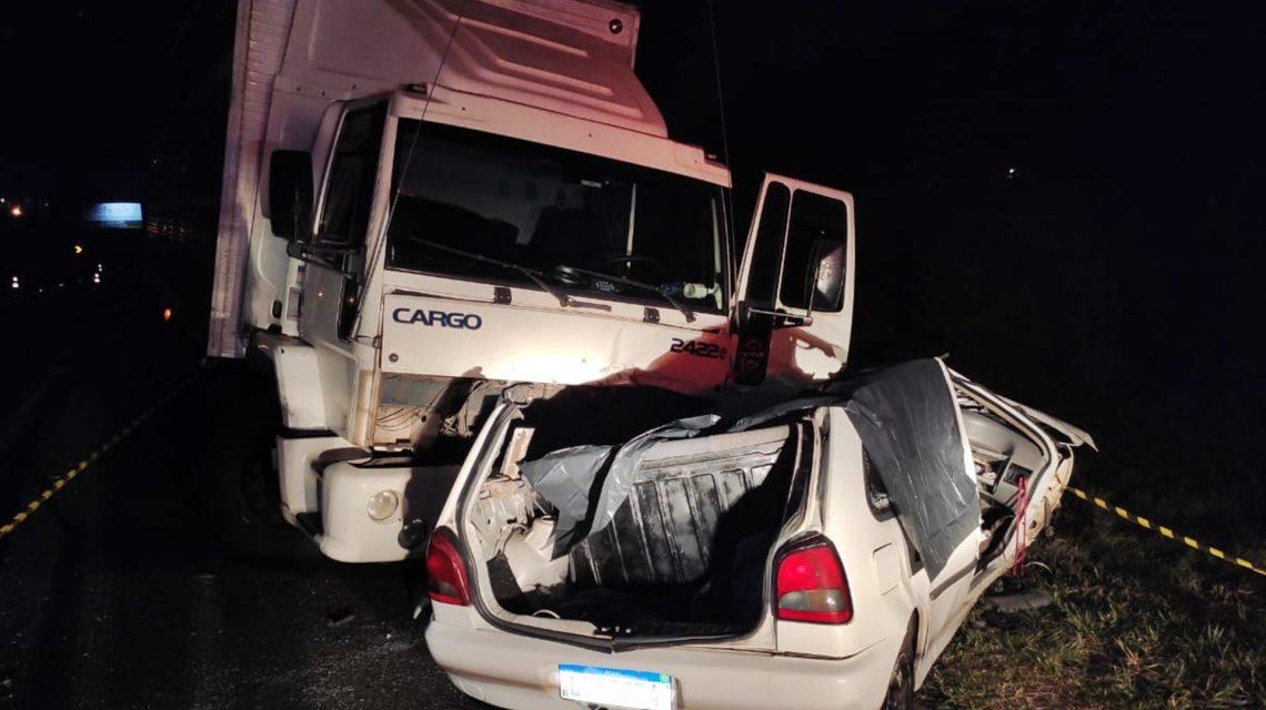 Batida frontal entre carro e caminhão deixa três mortos na BR-277, em Guarapuava