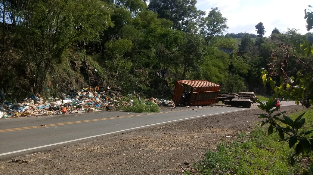 Mais um caminhão se envolve em acidente na serra de Manfrinópolis