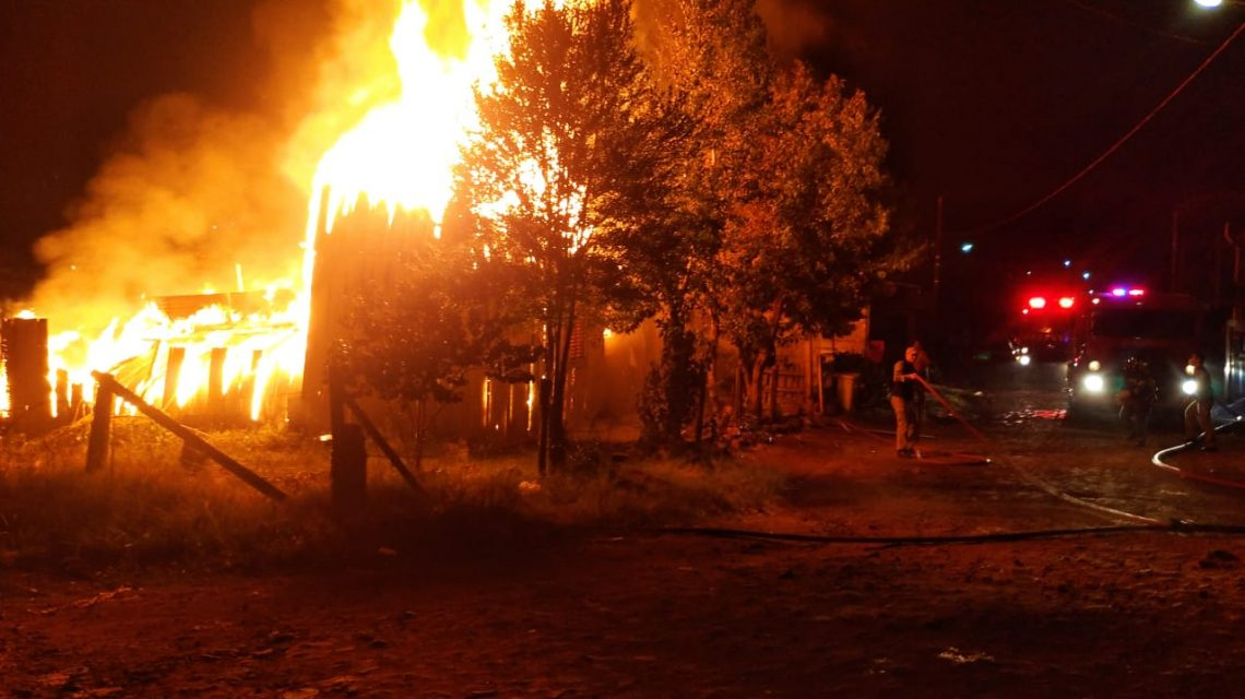 Residência é destruída por incêndio no Bairro São Francisco
