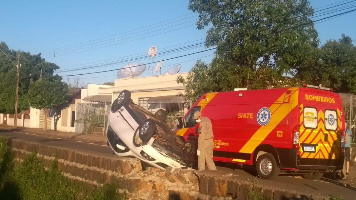 Após colisão veículo quase cai no rio lonqueador