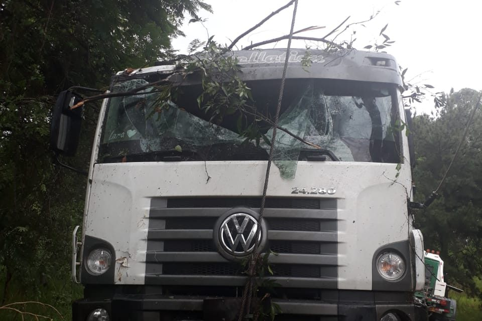 Motorista fica ferido após caminhão colidir com árvores na PR-182
