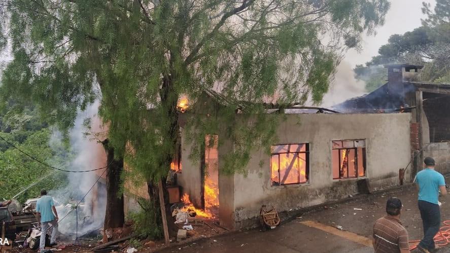 Casa é destruída por incêndio na área central de Enéas Marques