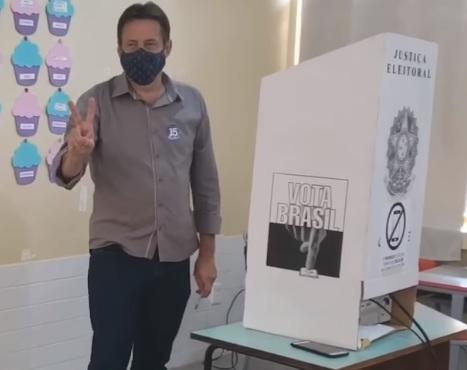 Aires Tomazoni (MDB) vota pela manhã no Industrial em Francisco Beltrão